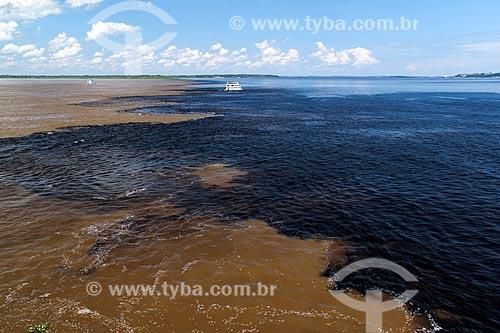 Barco navegando no encontro das águas do Rio Negro e Rio Solimões  - Manaus - Amazonas (AM) - Brasil