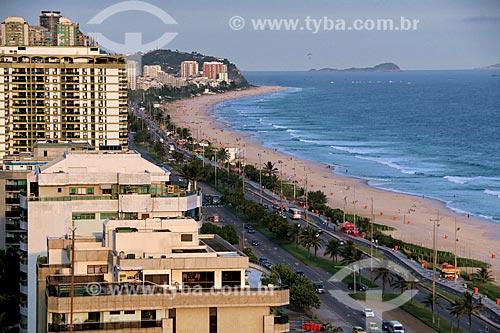 Vista de prédios na orla da Praia da Barra da Tijuca com a Avenida Lúcio Costa - também conhecida como Avenida Sernambetiba  - Rio de Janeiro - Rio de Janeiro (RJ) - Brasil