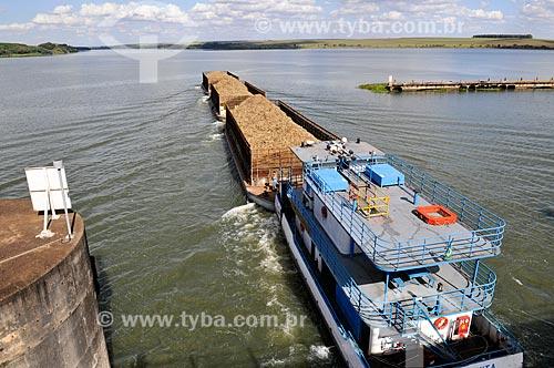 Barcaça transportando cana-de-açúcar - Hidrovia Tietê-Paraná  - Pederneiras - São Paulo (SP) - Brasil