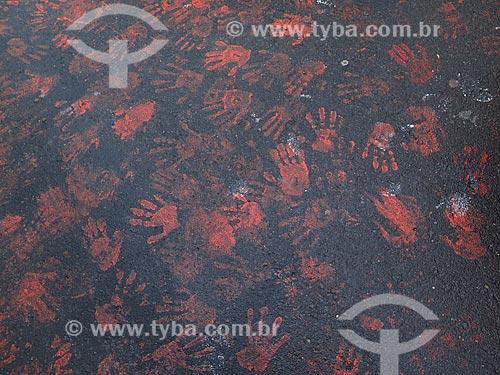 Detalhe de marcas vermelhas de mãos no asfalto - protesto contra a violência contra a mulher  - Porto Alegre - Rio Grande do Sul (RS) - Brasil