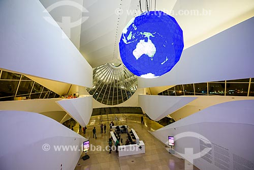 Globo gigante que mostra - em tempo real - as correntes marítimas e climáticas da Terra no hall de entrada do Museu do Amanhã  - Rio de Janeiro - Rio de Janeiro (RJ) - Brasil