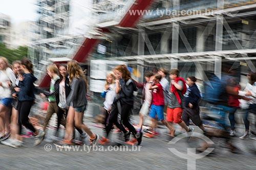 Pessoas na Place Georges Pompidou (Praça Georges Pompidou) com o Museu de Arte Moderna de Paris (1977) - localizado no Centro Nacional de Arte e Cultura Georges Pompidou - ao fundo  - Paris - Paris - França