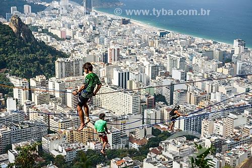 Praticante de slackline no Morro dos Cabritos com o bairro de Copacabana ao fundo  - Rio de Janeiro - Rio de Janeiro (RJ) - Brasil