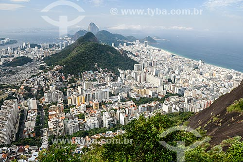 Vista do bairro de Copacabana, do Morro da Saudade e o Cemitério São João Batista - à esquerda - durante a trilha no Morro dos Cabritos com o Pão de Açúcar  - Rio de Janeiro - Rio de Janeiro (RJ) - Brasil