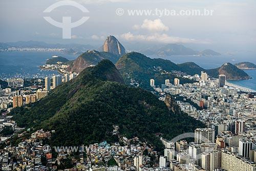 Vista do bairro de Copacabana e do Morro da Saudade durante a trilha no Morro dos Cabritos com o Pão de Açúcar ao fundo  - Rio de Janeiro - Rio de Janeiro (RJ) - Brasil
