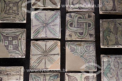 Detalhe de pisos de cerâmica do Château Neuf du Pape (século XIV) no Palais des Papes (Palácio dos Papas) - 1345  - Avignon - Departamento de Vaucluse - França