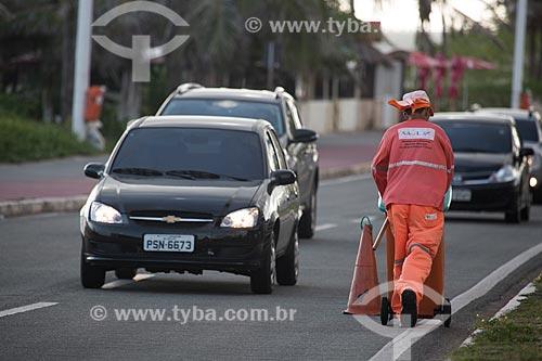 Gari limpando o acostamento da Avenida Litorânea  - São Luís - Maranhão (MA) - Brasil
