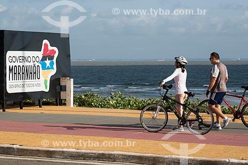 Ciclistas na ciclovia do calçadão da Praia do Calhau  - São Luís - Maranhão (MA) - Brasil