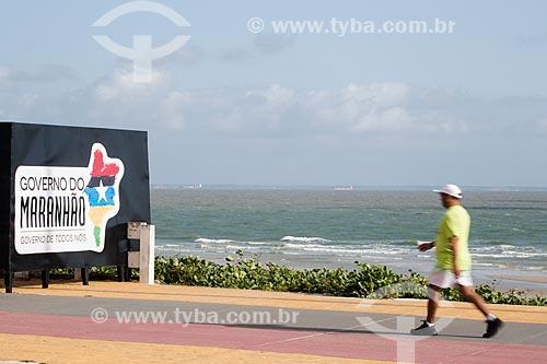 Pedestre na ciclovia do calçadão da Praia do Calhau  - São Luís - Maranhão (MA) - Brasil