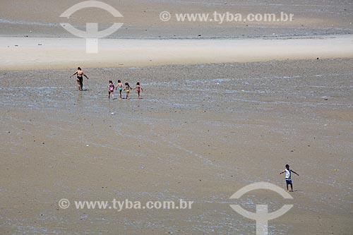 Banhistas na orla da Praia de São José de Ribamar durante a maré baixa  - São José de Ribamar - Maranhão (MA) - Brasil