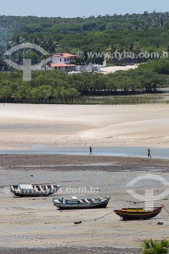 Barcos encalhado na orla da Praia de São José de Ribamar durante a maré baixa  - São José de Ribamar - Maranhão (MA) - Brasil