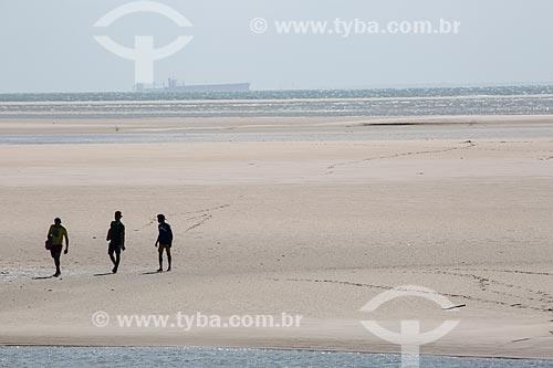 Banhistas na Praia de Carimã durante a maré baixa  - Raposa - Maranhão (MA) - Brasil