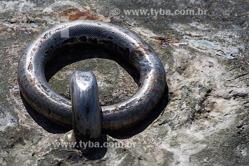Detalhe de corrente em atracadouro do porto da cidade de Raposa  - Raposa - Maranhão (MA) - Brasil