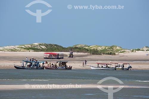 Turistas na Praia de Carimã durante a maré baixa  - Raposa - Maranhão (MA) - Brasil