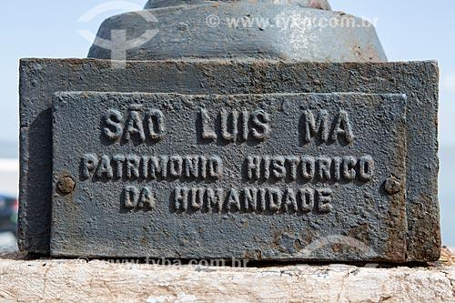 Detalhe de placa na base de poste com os dizeres: São Luis MA Patrimônio Histórico da Humanidade  - São Luís - Maranhão (MA) - Brasil