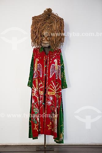 Detalhe de fantasia de Cazumbá - personagem do Bumba meu boi - em exibição na Casa do Maranhão  - São Luís - Maranhão (MA) - Brasil