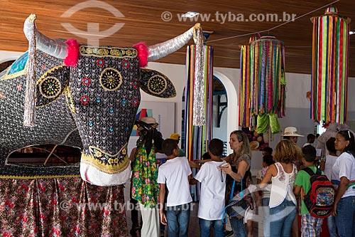 Detalhe de fantasia do Bumba meu boi em exibição na Casa do Maranhão com alunos ao fundo  - São Luís - Maranhão (MA) - Brasil