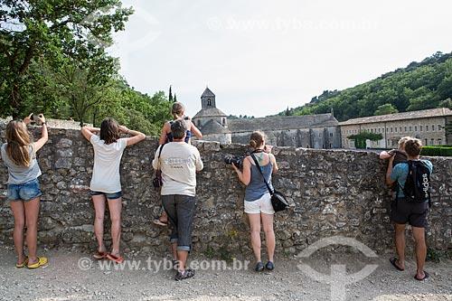 Turistas fotografando os campos de lavanda da Notre-Dame de Sénanque Abbey (Abadia de Notre-Dame de Sénanque)  - Gordes - Departamento de Vaucluse - França