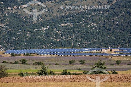 Painéis solares fotovoltaico e campos de lavanda próximo a cidade de Ferrassières  - Ferrassières - Departamento de Drôme - França