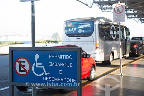 Vaga para deficientes no terminal do Aeroporto Internacional Afonso Pena - também conhecido como Aeroporto Internacional de Curitiba  - São José dos Pinhais - Paraná (PR) - Brasil