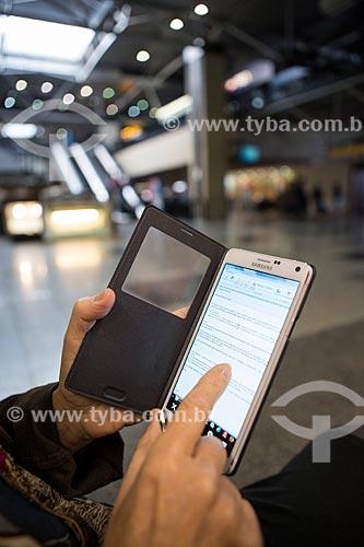 Pessoa lendo email no Celular Samsung Note no Aeroporto Internacional Afonso Pena - também conhecido como Aeroporto Internacional de Curitiba  - São José dos Pinhais - Paraná (PR) - Brasil