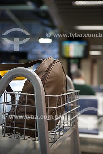 Detalhe de mochila em carrinho para bagagem no Aeroporto Internacional Afonso Pena - também conhecido como Aeroporto Internacional de Curitiba  - São José dos Pinhais - Paraná (PR) - Brasil