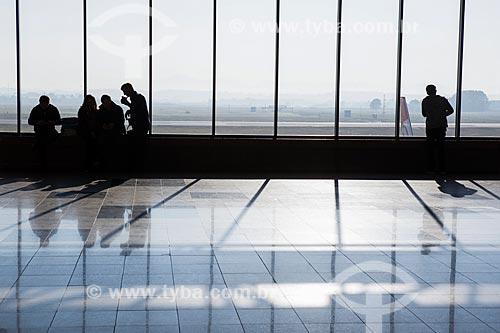Silhueta de passageiro no interior do Aeroporto Internacional Afonso Pena - também conhecido como Aeroporto Internacional de Curitiba  - São José dos Pinhais - Paraná (PR) - Brasil