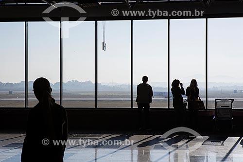Silhueta de passageiros no interior do Aeroporto Internacional Afonso Pena - também conhecido como Aeroporto Internacional de Curitiba  - São José dos Pinhais - Paraná (PR) - Brasil