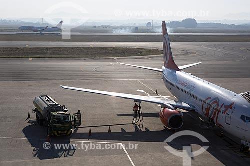 Caminhão-tanque abastecendo boeing 737-700 da GOL - Linhas Aéreas Inteligentes - no Aeroporto Internacional Afonso Pena - também conhecido como Aeroporto Internacional de Curitiba  - São José dos Pinhais - Paraná (PR) - Brasil