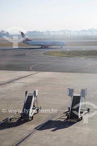 Escada de passageiros rebocável na pista do Aeroporto Internacional Afonso Pena - também conhecido como Aeroporto Internacional de Curitiba  - São José dos Pinhais - Paraná (PR) - Brasil
