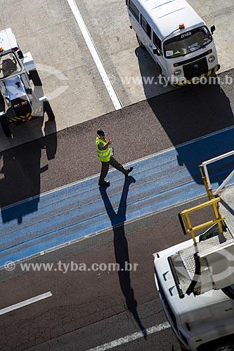 Funcionário em faixa de pedestre na pista Aeroporto Internacional Afonso Pena - também conhecido como Aeroporto Internacional de Curitiba  - São José dos Pinhais - Paraná (PR) - Brasil