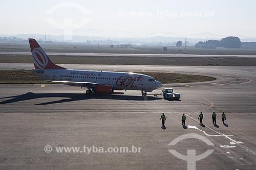 Funcionários e boeing 737-700 da GOL - Linhas Aéreas Inteligentes - na pista do Aeroporto Internacional Afonso Pena - também conhecido como Aeroporto Internacional de Curitiba  - São José dos Pinhais - Paraná (PR) - Brasil