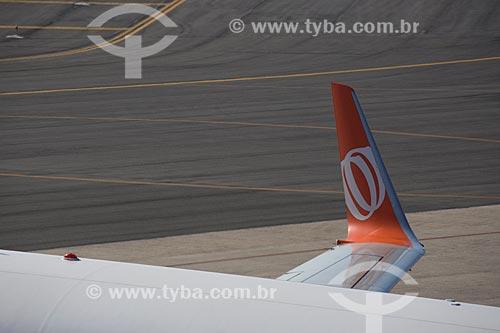 Detalhe de asa de boeing 737-800 da GOL - Linhas Aéreas Inteligentes - no Aeroporto Internacional Afonso Pena - também conhecido como Aeroporto Internacional de Curitiba  - São José dos Pinhais - Paraná (PR) - Brasil