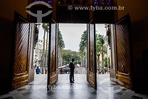Detalhe do entrada da Catedral da Sé (Catedral Metropolitana Nossa Senhora da Assunção) com a Praça da Sé ao fundo  - São Paulo - São Paulo (SP) - Brasil