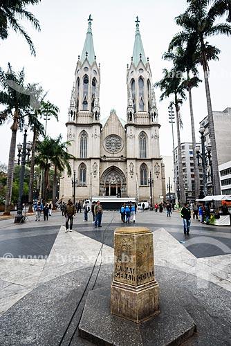 Detalhe do Marco Zero de São Paulo na Praça da Sé com a Catedral da Sé (Catedral Metropolitana Nossa Senhora da Assunção) ao fundo  - São Paulo - São Paulo (SP) - Brasil