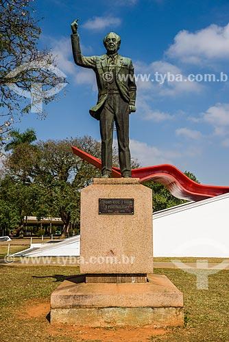 Escultura à Ibrahim Nobre com o Auditório do Ibirapuera (2005) ao fundo  - São Paulo - São Paulo (SP) - Brasil