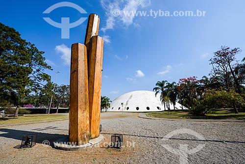 Escultura de Elisa Bracher no Parque do Ibirapuera com o Pavilhão Lucas Nogueira Garcez - também conhecido com Oca - ao fundo  - São Paulo - São Paulo (SP) - Brasil