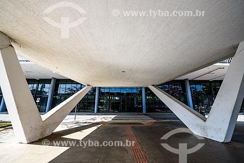 Entrada do Pavilhão Ciccillo Matarazzo - também conhecido como Pavilhão da Bienal - abriga a Fundação Bienal de São Paulo e o Museu de Arte Contemporânea (MAC)  - São Paulo - São Paulo (SP) - Brasil