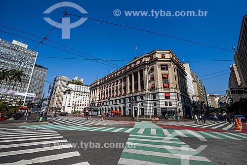 Viaduto do Chá com o Edifício Alexandre Mackenzie (1929) - mais conhecido como Prédio da Light - hoje abriga o Shopping Light ao fundo  - São Paulo - São Paulo (SP) - Brasil