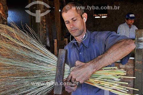 Produção artesanal de vassoura caipira  - Borborema - São Paulo (SP) - Brasil