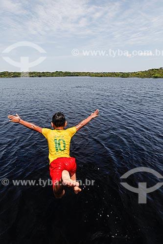 Criança ribeirinha brincando no Rio Negro  - Manaus - Amazonas (AM) - Brasil