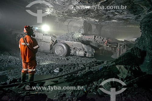 Homem operando minerador contínuo - Mina Fontanella - Carbonífera Metropolitana  - Treviso - Santa Catarina - Brasil