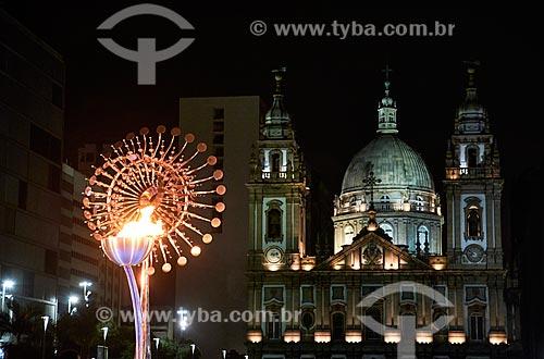 Pira Olímpica e Igreja de Nossa Senhora da Candelária (1609) ao fundo  - Rio de Janeiro - Rio de Janeiro (RJ) - Brasil