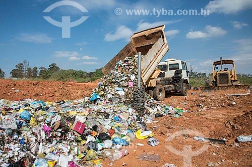 Caminhão descarregando lixo em aterro sanitário  - Garça - São Paulo (SP) - Brasil