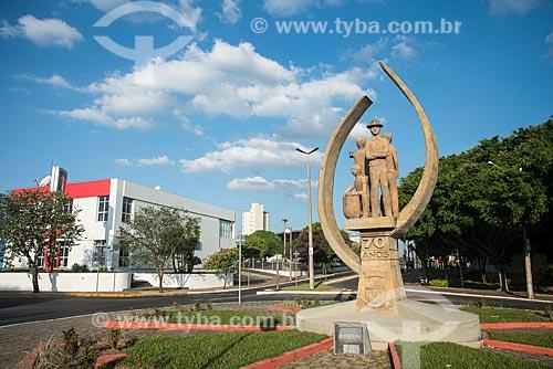 Monumento ao cafeicultor e trabalhador rural no Marco Zero da cidade - obra do artista Sarro  - Garça - São Paulo (SP) - Brasil