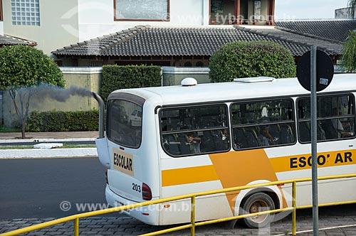 Ônibus escolar poluindo o ar  - Garça - São Paulo (SP) - Brasil