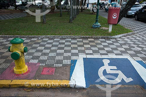 Hidrante e calçada rebaixada para cadeirante na Praça Hilmar Machado de Oliveira  - Garça - São Paulo (SP) - Brasil