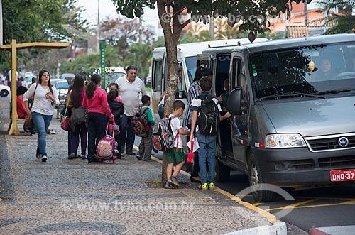 Pais e alunos da (EMEF) Escola Municipal de Ensino Fundamental Professor João Crisóstomo na saída da escola  - Garça - São Paulo (SP) - Brasil