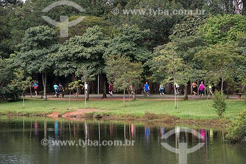 Pessoas caminhando no Parque do Ibirapuera  - São Paulo - São Paulo (SP) - Brasil