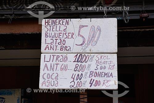 Cartaz com preços de bebidas em botequim no Largo de São Francisco da Prainha  - Rio de Janeiro - Rio de Janeiro (RJ) - Brasil